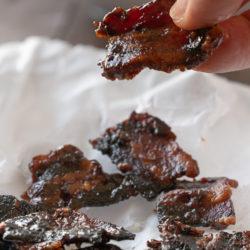 Quadratini di bacon candito croccante senza zucchero immagine