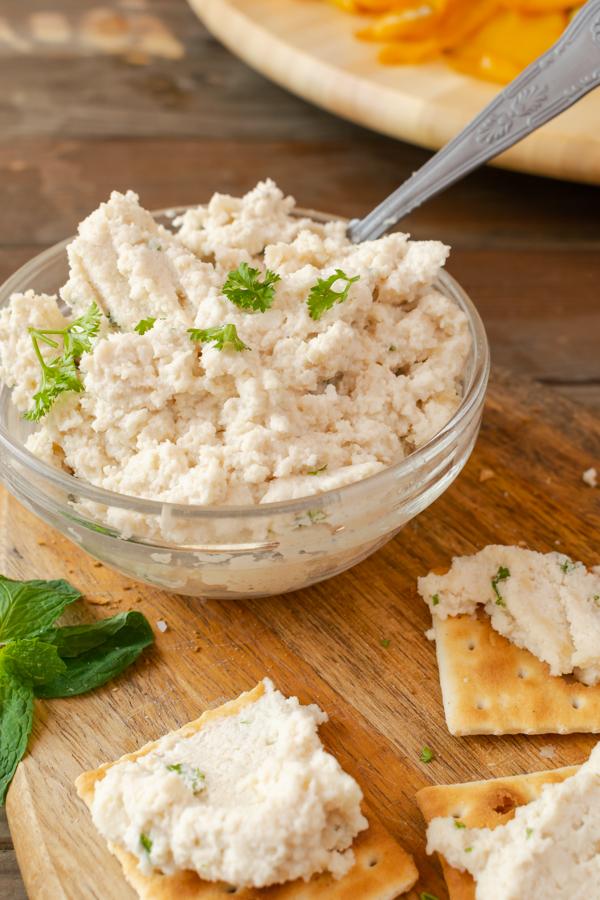 Formaggio Vegano Con crackers vegani immagine