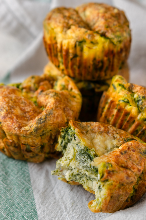 Muffins salati con uova, spinaci e parmigiano immagine